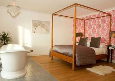 hideaway-experience-romatic-bedroom